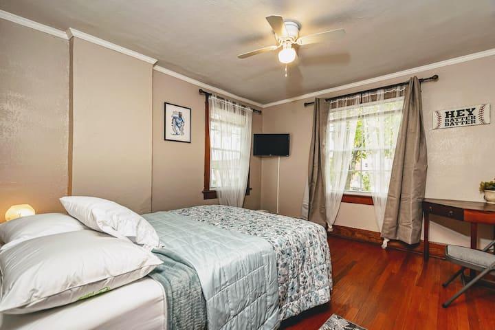 """George Brett"" Bedroom - Newly Renovated Mansion"
