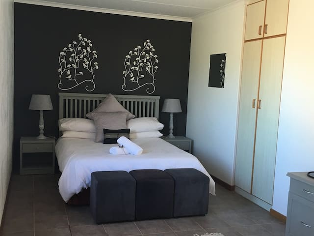 4th bedroom as seperate flat with Queen size bed and en-suite full bathroom. This room has its own private entrance.