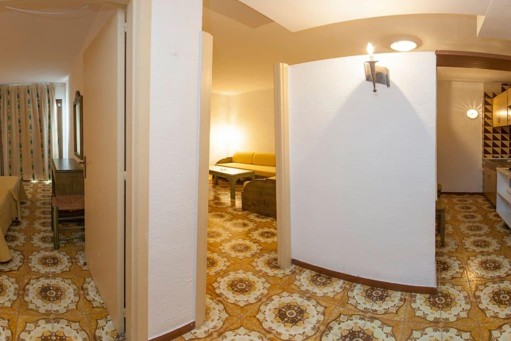 Vista amplia del pasaje entre el dormitorio /salón y cocina del apartamento.