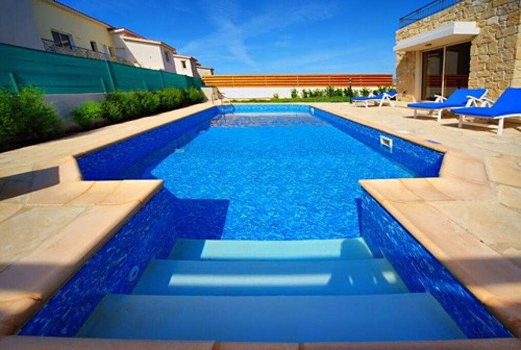 Villa christopher 200m from sea villas for rent in peyia for Donasea villas 7