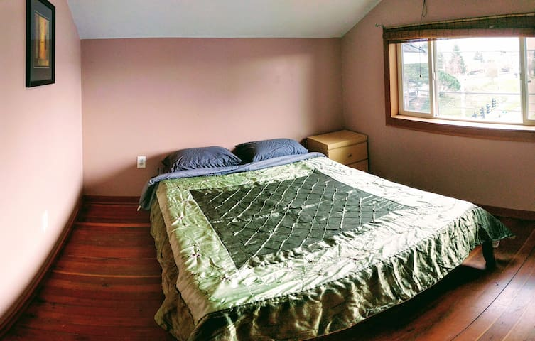 Cozy Pink Room in Friendly Fremont Flat