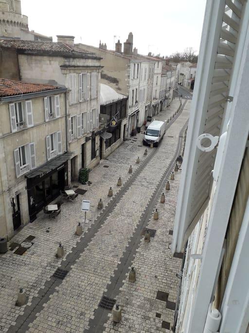 vue de la rue St Jean depuis le logement, hors saison.