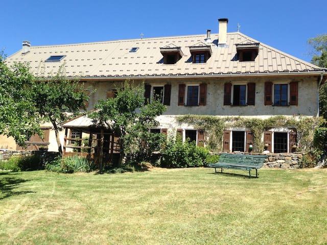 Ancienne ferme plein sud, au calme - Enchastrayes - บ้าน