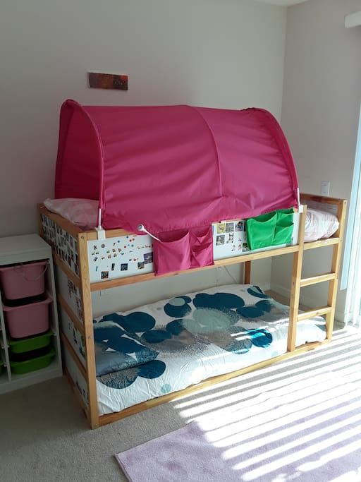 Kids bedroom with twin size bunk beds