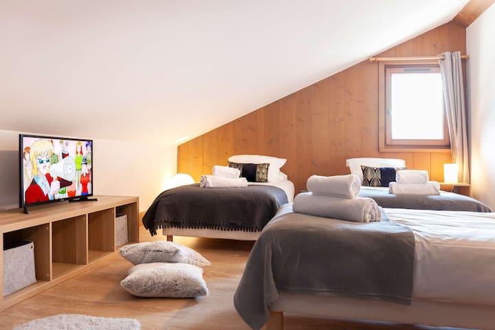 chambre à l'étage avec ses 3 lits simples.