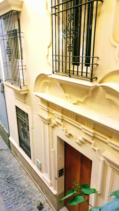 Entrada, vista desde la ventana de la habitación. Building entrance, view from bedroom's window. (First floor)