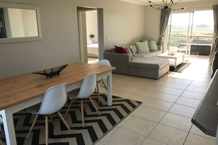 Close to beach with views of Table Mountain - Cape Town - Lejlighed