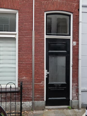 Front door: the colour of the front door, like many in Delft, is 'Delft green'; the precise recipe for this intense green is kept by Verbeek, the atmospheric paint shop (established: 1881) on the Beestenmarkt in the centre of town.