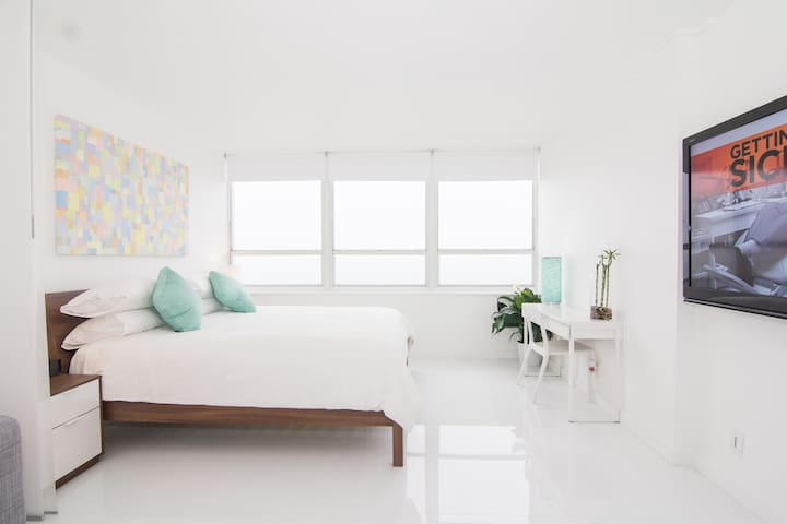 What a treat to be able to watch the sunrise without even getting out of bed! The shower is great, the bed is super comfy, and all the personal touches were an added bonus - Chantal (April 2018)