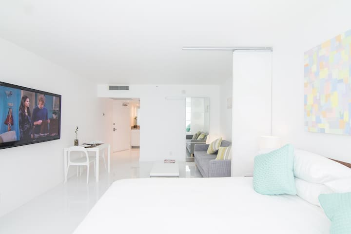 Small details and amenities made our stay truly carefree (scissors, beach chairs, tennis rackets, Dyson, toaster, Netflix, etc.) The location is very relaxing  - Jacqueline (February 2019)