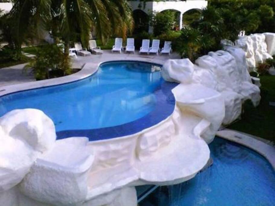 Podrás refrescarte nadando en una de las transparentes piscinas.