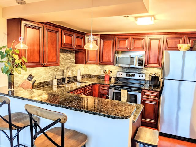❈ Spacious CLE Lakeview Loft ❈ 2Bed w/ Parking ❈