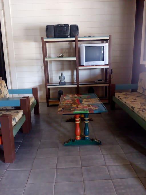 Sala de estar com televisão e bar, super arrejada