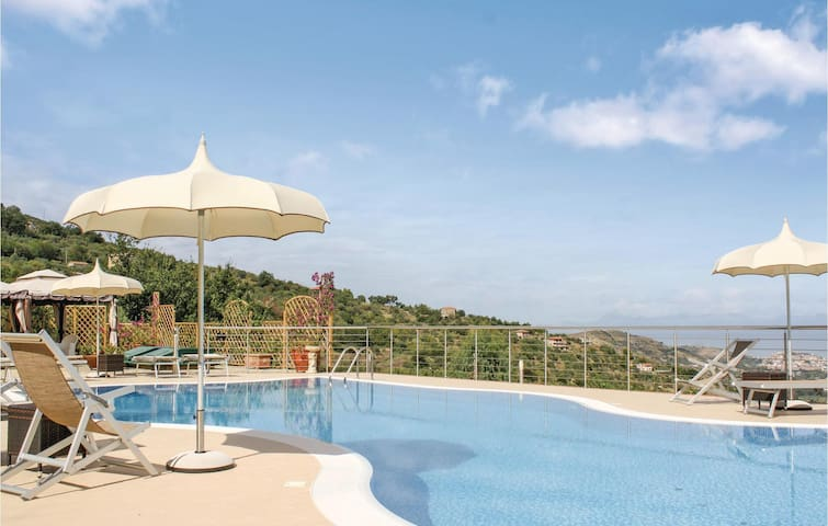 Holiday cottage with 4 bedrooms on 300 m² in Laureana Cilento SA