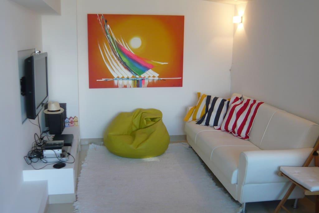 Sala de estar com televisão e internet