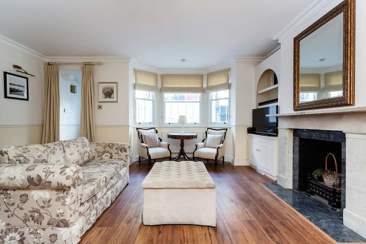Classic Chelsea 1 BR near King's Road, by Veeve