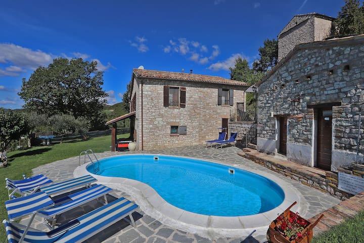 Gemütliche Villa auf 400 m Höhe in den Marken von Acqualagna