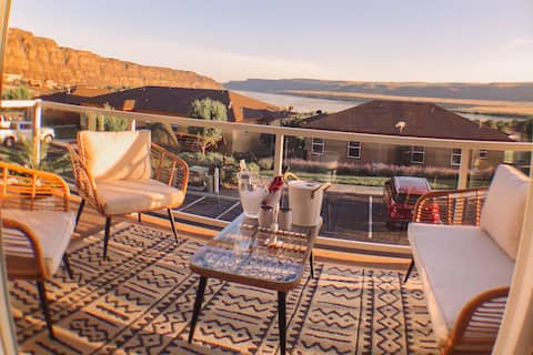 Crescent Bar Home with Expansive Views