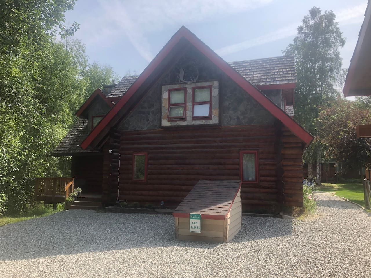 Alaskan log cabin retreat , 5 bedrooms,  large yard and plenty of parking , perfect for retreats and family gatherings