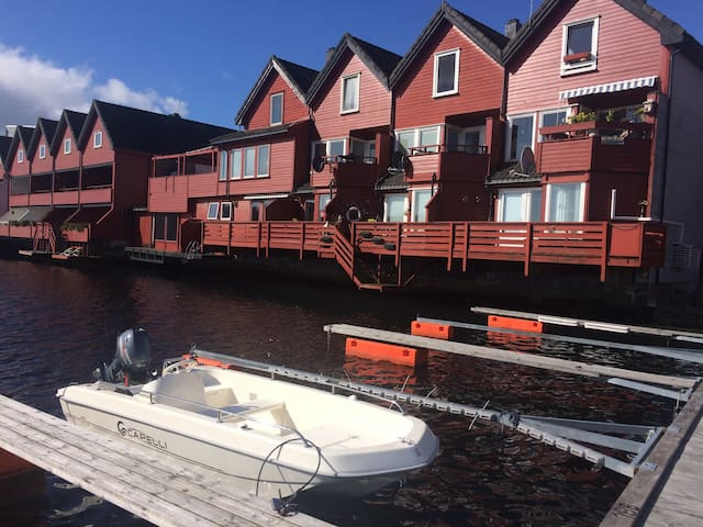 Refurbished Ocean Apartment, breakfast, queen bed! - Arendal - Flat