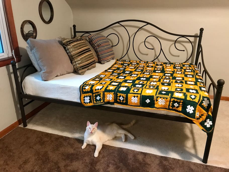 Full sized day bed