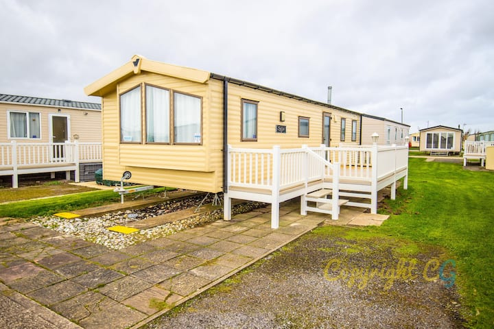 SP123 - Camber Sands Holiday Park - Sleeps 8 - Private Parking Space - 1 minute walk to the beach