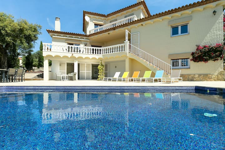 Fantastic villa in Palau Saverdera, with private pool and panoramic views of the bay of Roses.