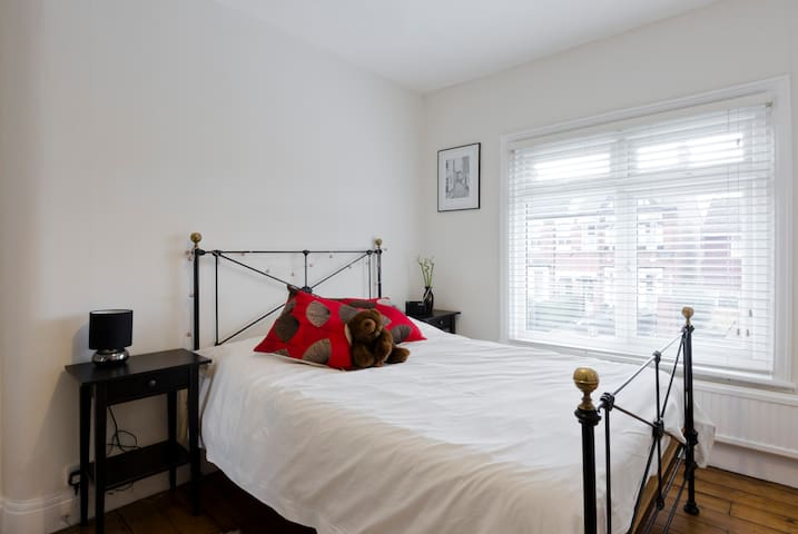 Double room with a private bathroom - Brentford - Bed & Breakfast