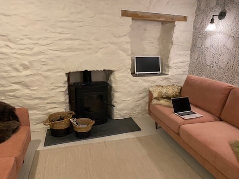 Quirky 30s Cottage Sleeps 5  nr Mevagissey Harbour