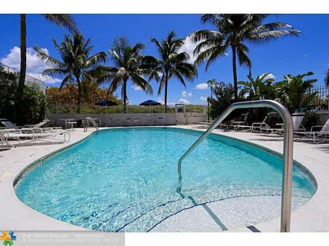 Bob Marley Beachfront on Ocean Dr w Pool & Kitchen