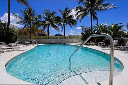 Bob Marley Beachfront 335 Ocean Dr. Pool & Kitchen - Miami Beach
