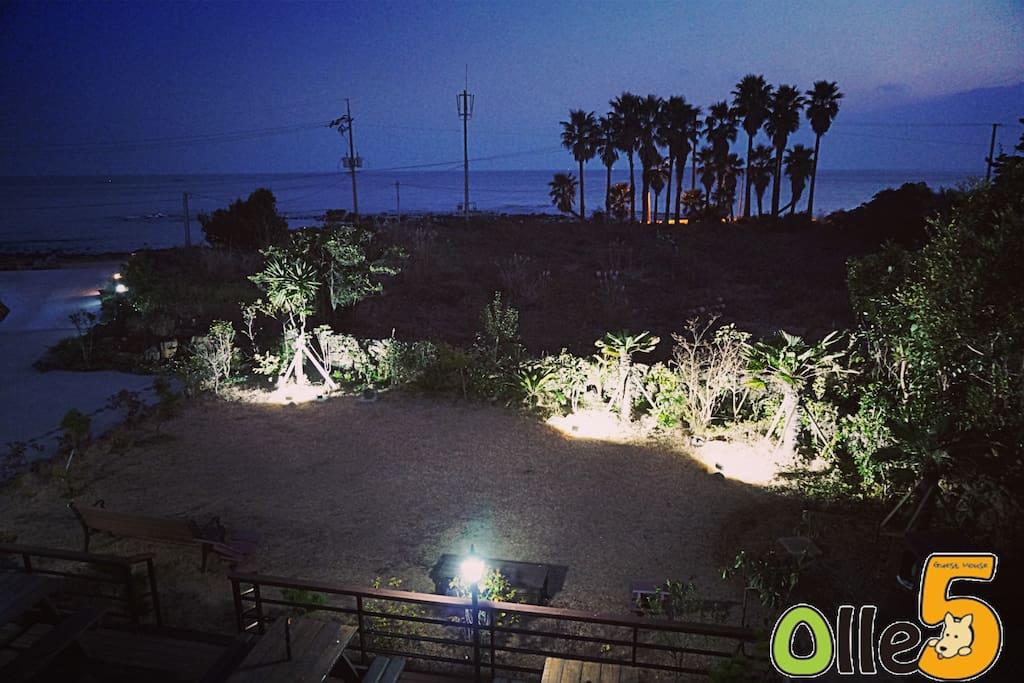 올레5게스트하우스 2층에서본 앞 바다와 정원 야경