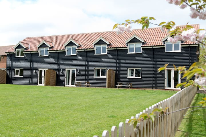 Sleeps 10! Norfolk Cottages with Pool, Sauna & Gym