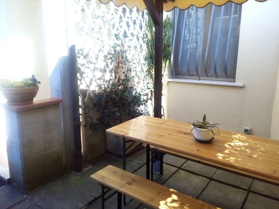 Gazebo esterno con tavolo