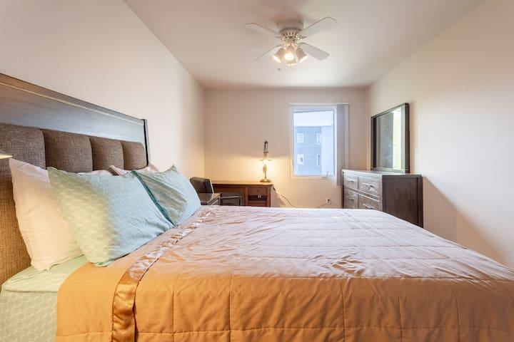 Spacious Private Room & Bath in Gaslamp Quarter!