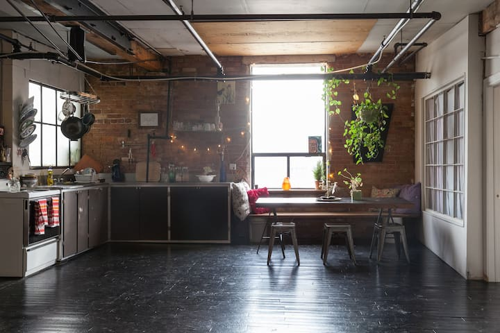 Beautiful Loft! Steps to Trendy King & Queen West!
