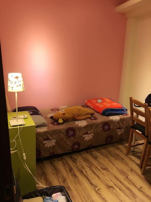 臥房:單人床、床頭櫃、書桌、衣櫥