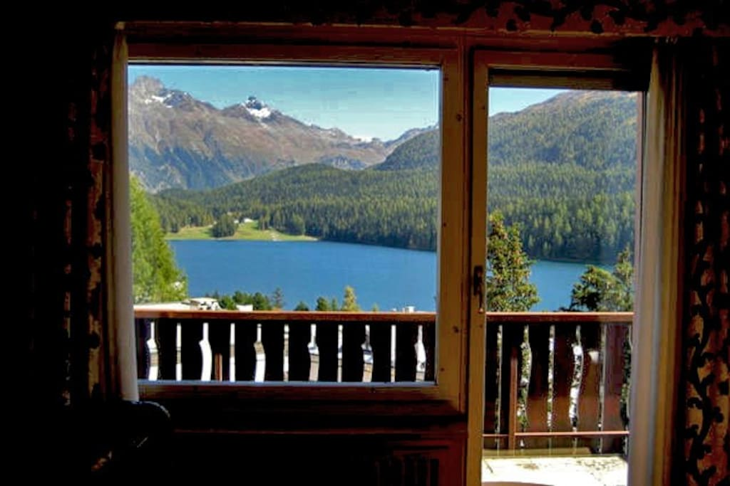 Living room con accesso diretto al balcone, vista lago