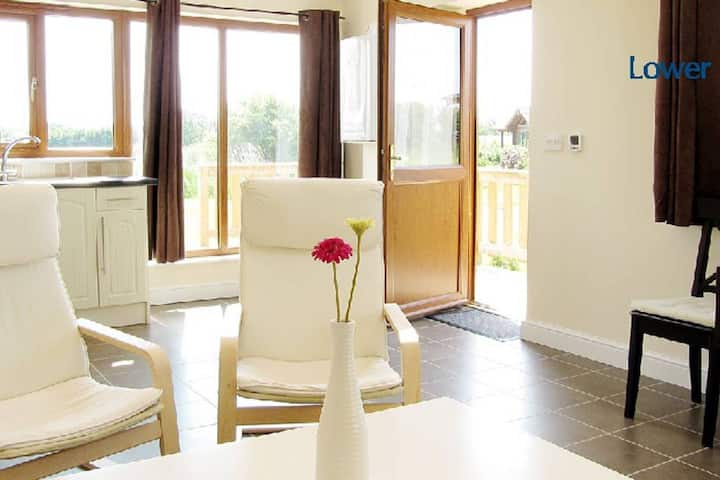 Willow Lodge - Lakeside apartment in private rural estate
