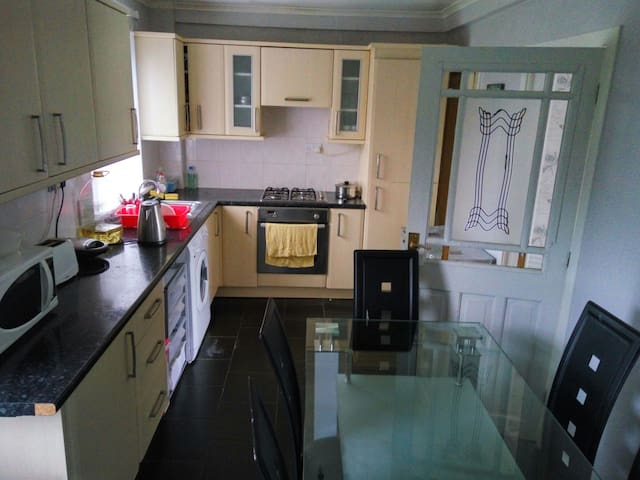Lovely warm comfortable house - Chryston - Bed & Breakfast