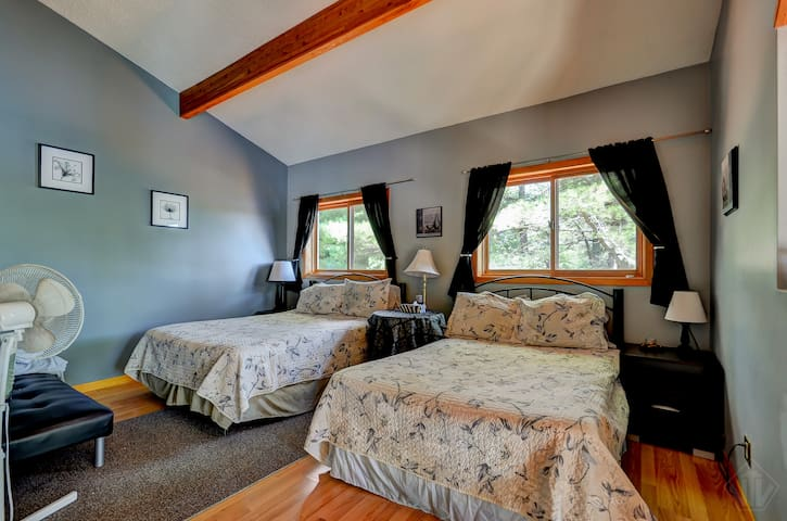 BEAUTIFUL MUSKOKA CHALET   LOFT ROOM W/ensuite