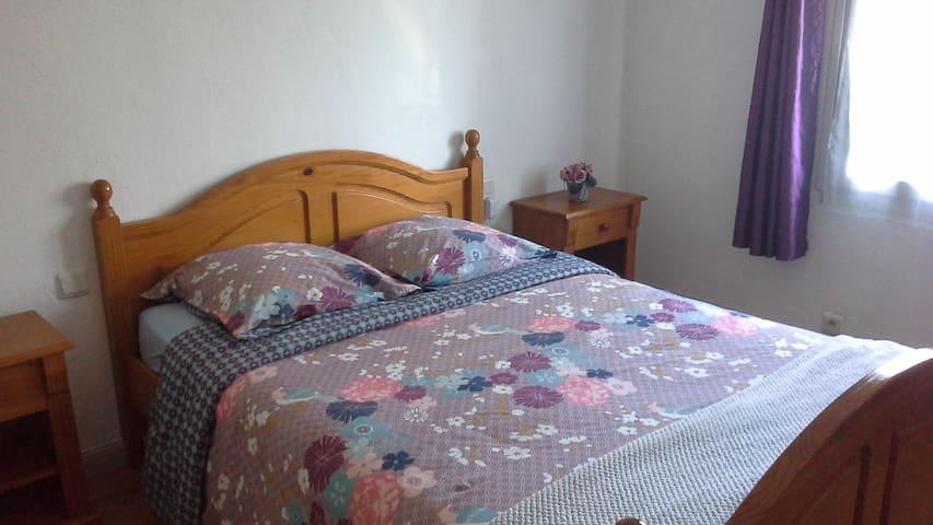 Chambre lit double 140x190, 2 tables de chevet avec commode et penderie. Possibilité d ajouter 1 lit d appoint 80x190.