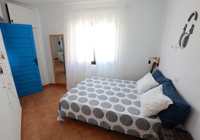 Tercera habitación con forma triangular.