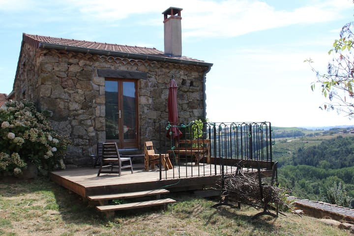 petite maison ard choise tiny houses for rent in saint victor auvergne rh ne alpes france. Black Bedroom Furniture Sets. Home Design Ideas