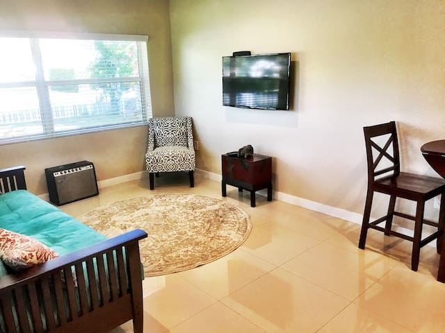Beautiful 1-1 Suite Near the Beach!