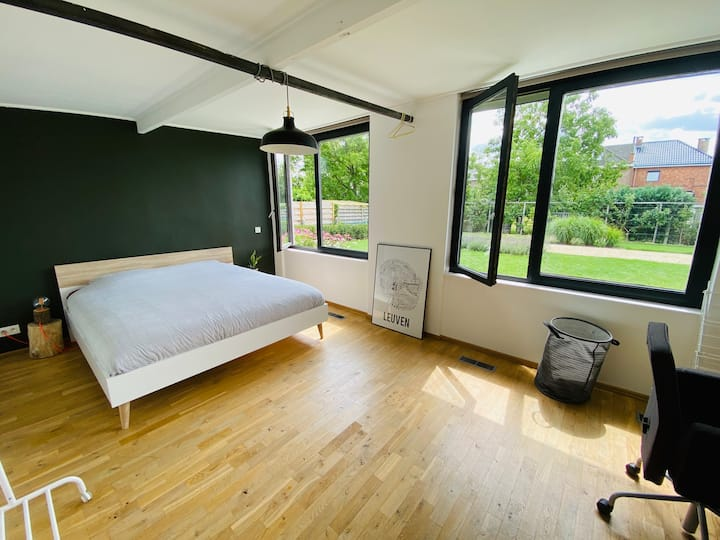 Spacious room with garden close to the city center