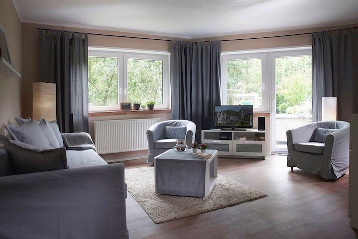 Wohnzimmer mit Ausgang zu Garten und Terrasse