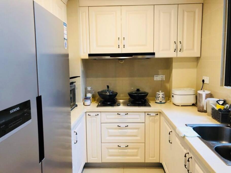 厨房里小家电还是挺齐全的,包括破壁机,厨师机,烤箱,洗碗机