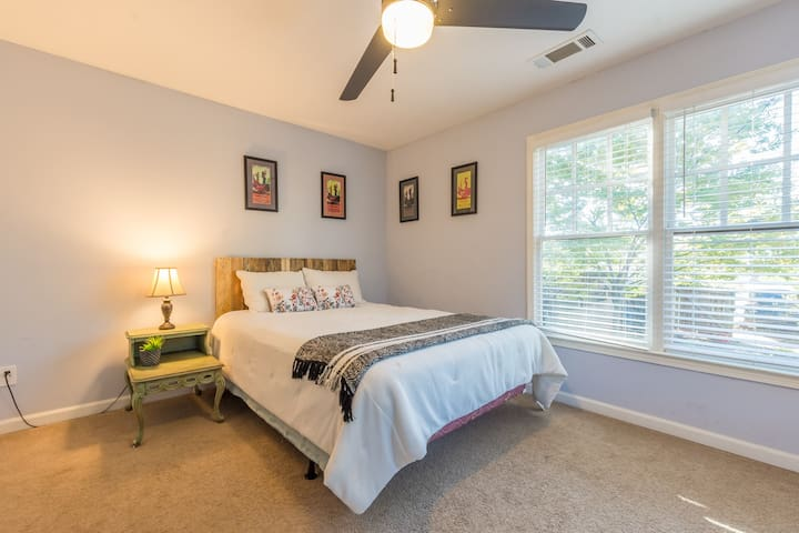 5 min from Downtown & tourist sites! Sunshine room