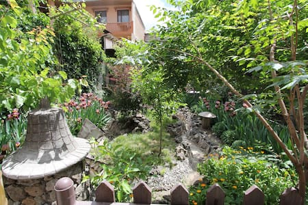 Bunglow with a garden view :) - เยเรวาน - ที่พักพร้อมอาหารเช้า